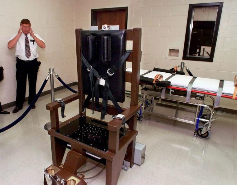 Ricky Bell, director en 1999 de la Institución de Seguridad Máxima de Riverbend en Nashville, Tennessee, muestra la sala de ejecución de la prisión.