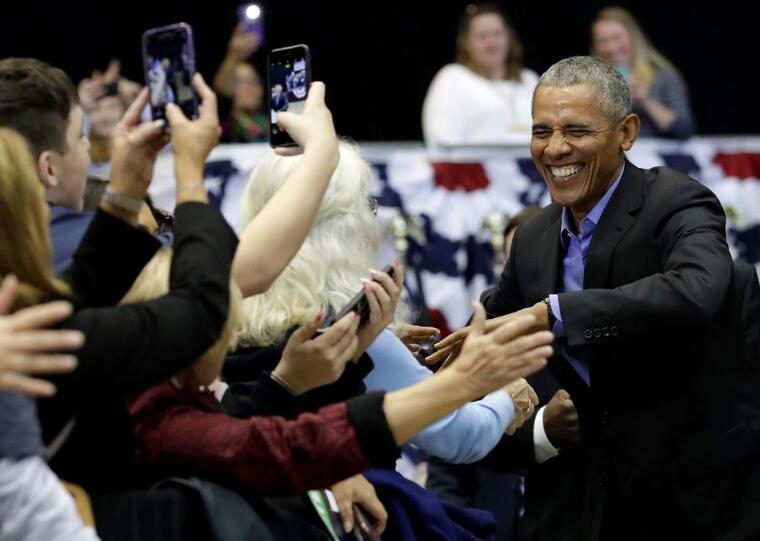 El ex presidente Barack Obama saluda a los partidarios demócratas en otro acto este domingo en Gary, Indiana.
