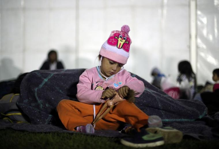 Dauni Portillo, una niña migrante de Honduras de cuatro años, descansa este lunes en un campamento improvisado en la Ciudad de México, México.