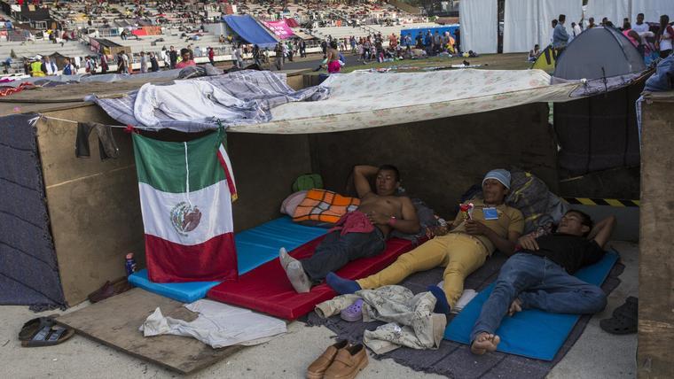 Migrantes de la caravana descansan en una carpa improvisada en Ciudad de México el martes 6 de noviembre de 2018