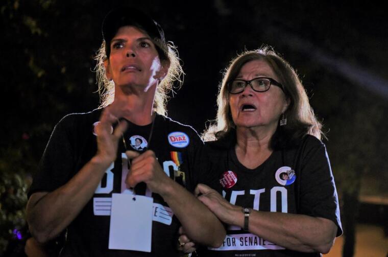 Miriam Delapaz y Gloria Gutiérrez este martes por la noche sigun los resultados de las elecciones de la elección del partido demócrata del Condado de Bexar en San Antonio, Texas.