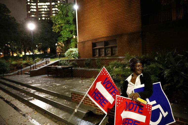 La escena frente a un centro de votación en Atlanta el 6 de noviembre del 2018.