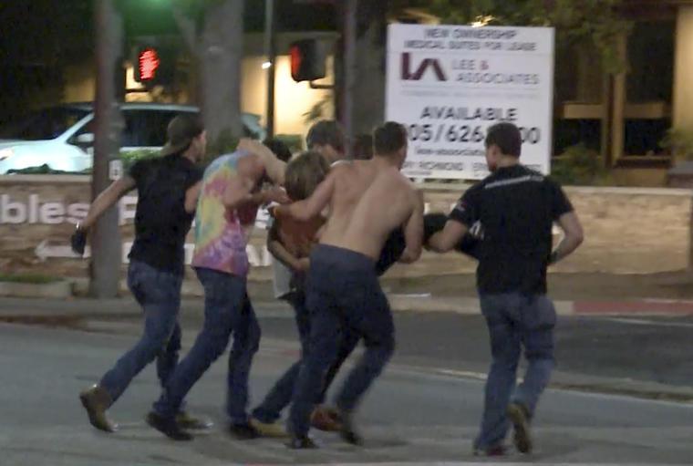 Un grupo de personas transporta a una víctima del tiroteo en Thousand Oaks.