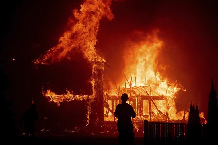 Una casa arde en el poblado de Paraíso mientras el fuego se esparce en el norte de Californiad