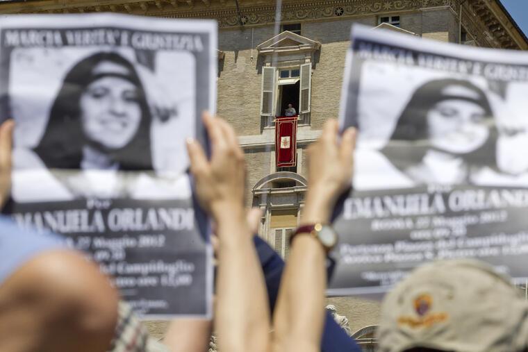 Carteles con la imagen de Emanuela Orlandi durante una protesta ante el papa Benedicto XVI  en mayo de 2012 en El Vaticano.