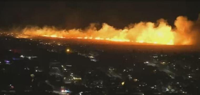 Un nuevo incendio desatado este martes por la noche creció rápidamente y amenazó hogares en Fontana y Rialto, California.