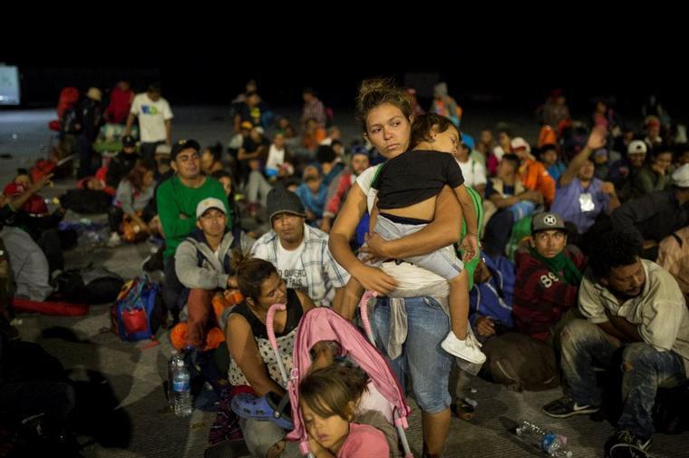 Migrantes centroamericanos esperaban este martes los autobuses a Sonora, en La Concha, provincia de Sinaloa.