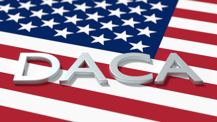Palabra DACA escrita sobre bandera
