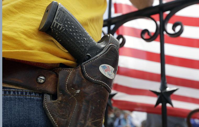 Un hombre lleva una pistola durante una protesta pro-armas en Austin, Texas.