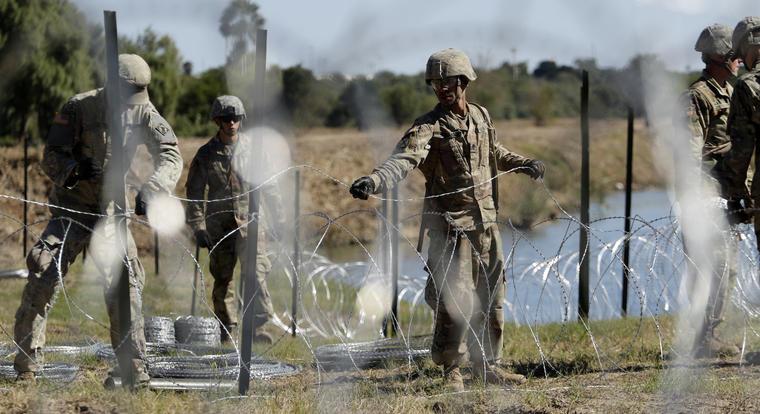 Militares colocan alambre de espinos junto al Río Grande en la frontera mexicana en Texas el 16 de noviembre.