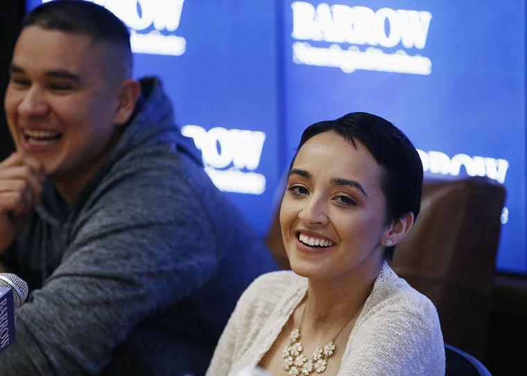 Jovanna Calzadillas,sobreviviente del tiroteo masivo en Las Vegas, sonríe junto a su esposo, Frank.