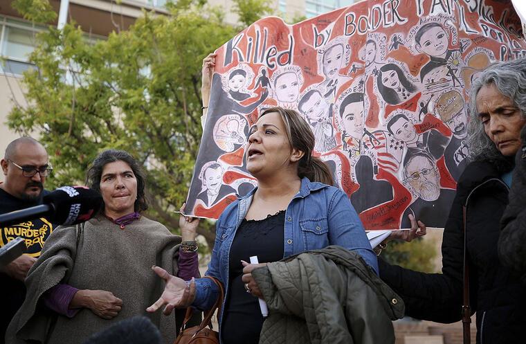 Araceli Rodríguez, al centro, madre del joven fallecido José Antonio Elena Rodríguez, habla afuera de un tribunal, en Tucson, Arizona.