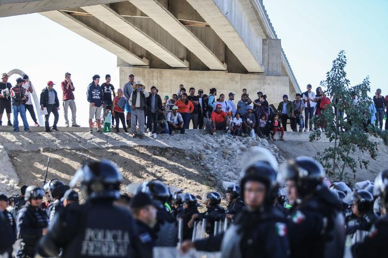 Imagen de archivo del 25 de noviembre cuando las autoridades estadounidensesn lanzaron gases lacrimógenos a los migrantes que intentraban cruzar a EE.UU.