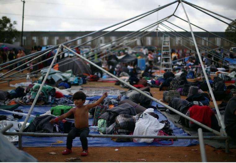Un niño migrante, parte de una caravana de miles de centroamericanos que intentan llegar a Estados Unidos, este sábado en un refugio temporal en Tijuana, México.