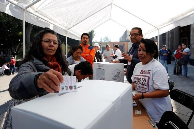 Una mujer vota en la segunda consulta ciudadana este sábado en la Alcaldía de Tlalpan de la Ciudad de México (México) sobre diez proyectos prioritarios para el futuro Ejecutivo del presidente electo de México, Andrés Manuel López Obrador.