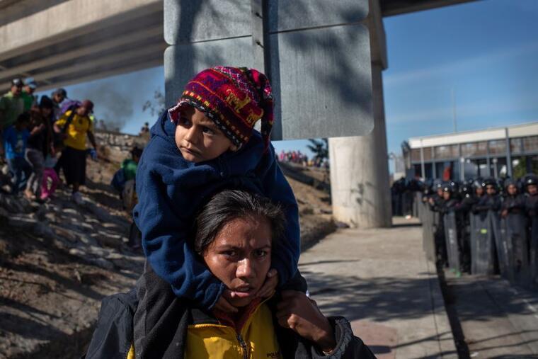 La policía federal de México bloquea este domingo el paso a los migrantes que trataron de llegar a la garita de El Chaparral desde Tijuana, México.