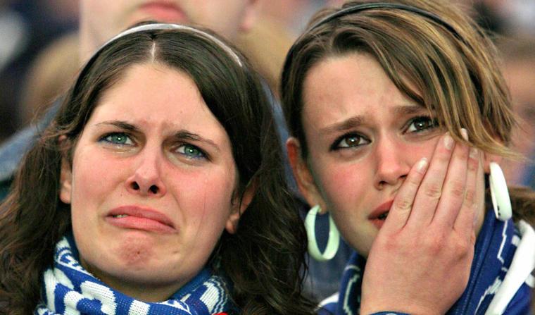 Dos aficionadas, en una foto de archivo durante un partido de fútbol.