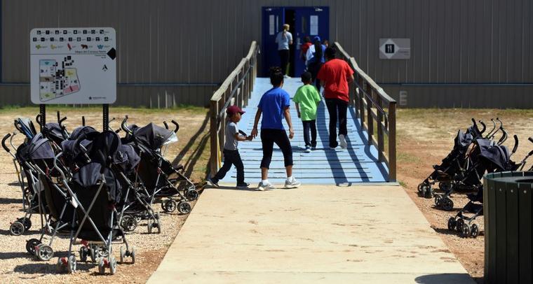 Foto de archivo del 9 de agosto de 2018 donde inmigrantes ingresan a un edificio en el Centro Residencial Familiar del Sur de Texas en Dilley, Texas.