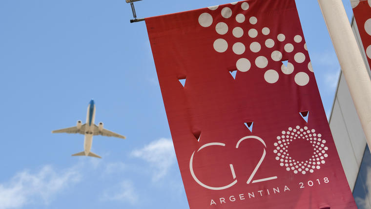 Bandera anunciando la cumbre del G20 en Buenos Aires