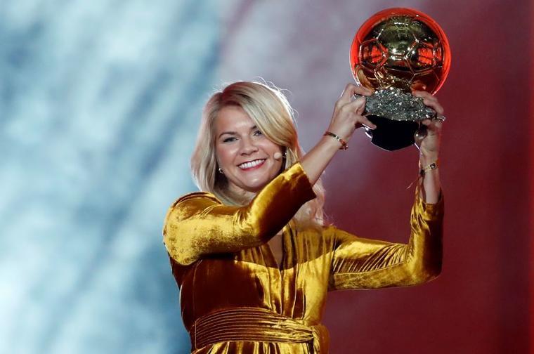 Ada Hegerberg primera mujer de la historia premiada con el Balón de Oro.