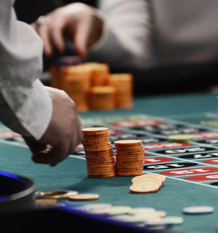 Una persona hace una demostración durante un juego de ruleta.