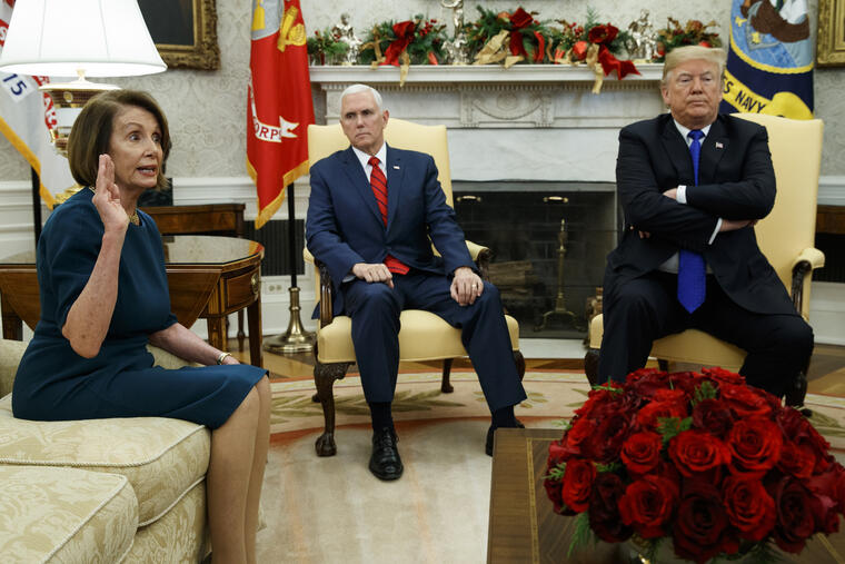 Pelosi (izquierda) y Trump (derecha), con el vicepresidente, Mike Pence, en el centro, durante la reunión de este martes en la Casa Blanca.