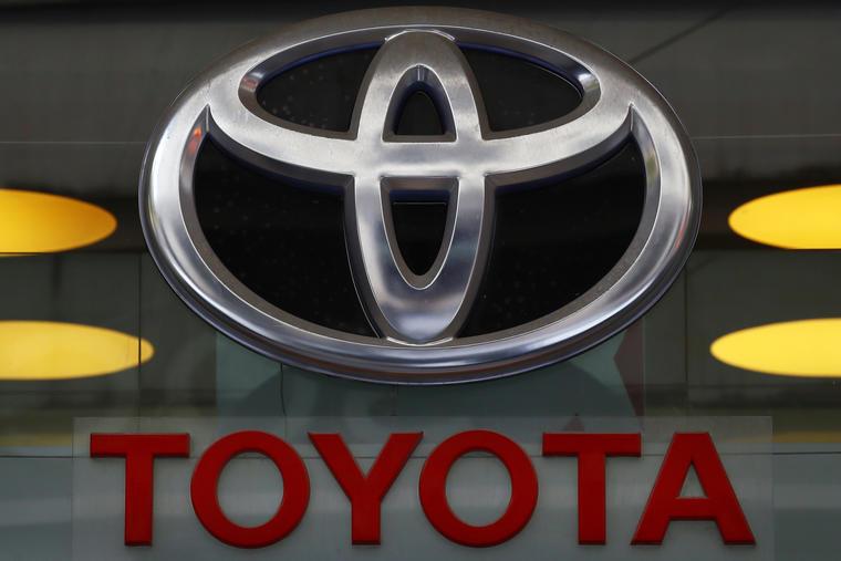 Fotografía de archivo del 20 de septiembre de 2017 del logo de Toyota en su agencia en la avenida Campos Elíseos en París.