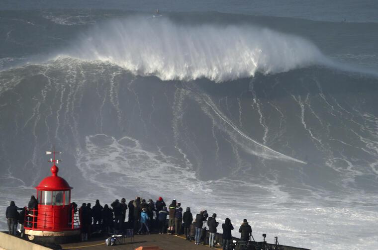 Imagen de archivo de una ola gigtante en Nazare, Portugal, el pasado enero.