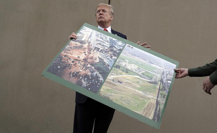 Trump, durante su visita a los prototipos de muro fronterizo en California en marzo de 2018.
