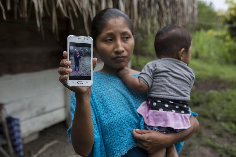 Claudia Maquin sostiene una fotografía de su hija Jakelin en Raxruha, Guatemala, el 15 de diciembre.