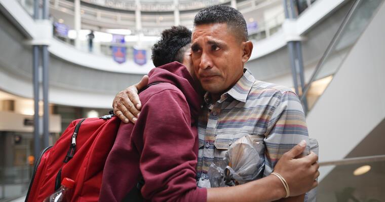 El guatemalteco Edvin Cazun abrazo a su hijo Samuel en el aeropuerto de Cincinnati tras reunirse con él un mes después de ser separados en la fronter en julio de 2018.