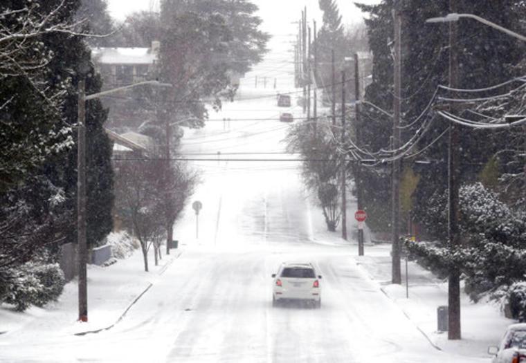 Un carro transita por una calle de Seattle, en Washington, en medio de un clima sumamente frío que ha congelado varias zonas del centro y el oeste del país.