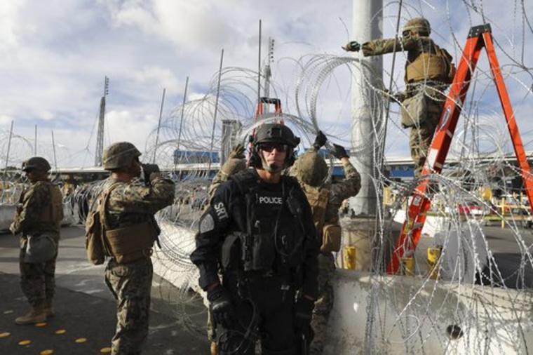 Soldados estadounidenses aseguran un cerco en la zona fronteriza de San Isidro.