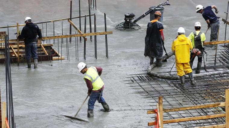 Foto de archivo de trabajadores de la construcción en un edificio en Nueva York