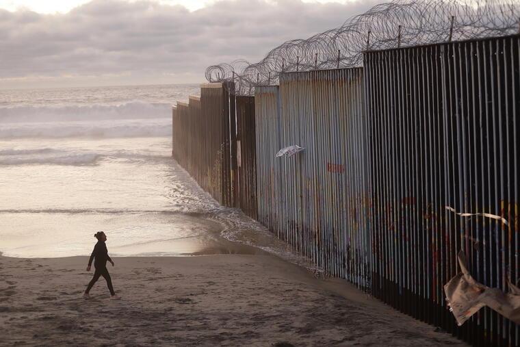 Una mujer junto al muro en Tijuana en enero de 2019.