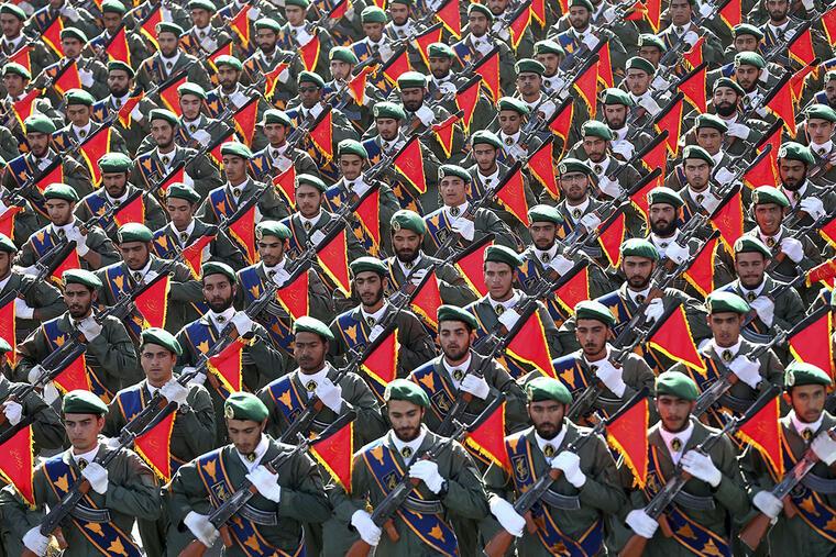 Militares de la Guardia Revolucionaria de Irán desfilan en las afueras de Teherán.