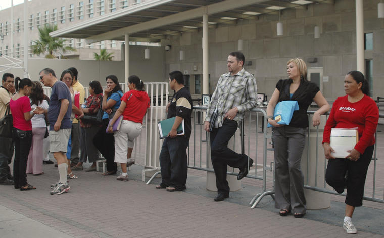 Imagen de archivo de una hilera de personas ante el consulado estadounidense en Ciudad Juárez en 2010.