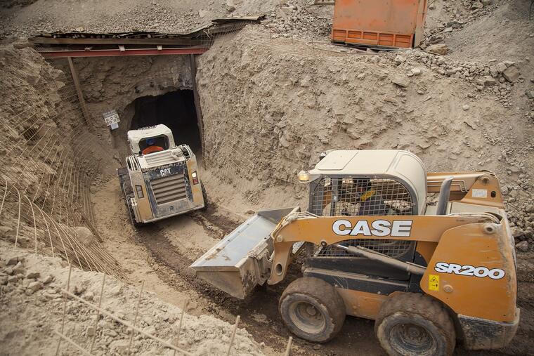 Dos operarios intentan rescatar a tres trabajadores bolivianos atrapados en la mina San José, cerca de la ciudad norteña de Tocopilla, en Chile.