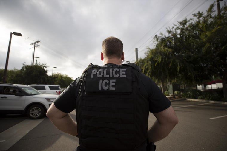 Imagen de un agente del Servicio de Inmigración y Control de Aduanas (ICE) en Escondido, California, el 8 de julio de 2019.