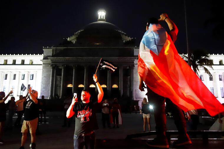 Manifestantes participan en una protesta pidiendo la renuncia del gobernador de Puerto Rico Ricardo Rosselló este viernes en San Juan (Puerto Rico).