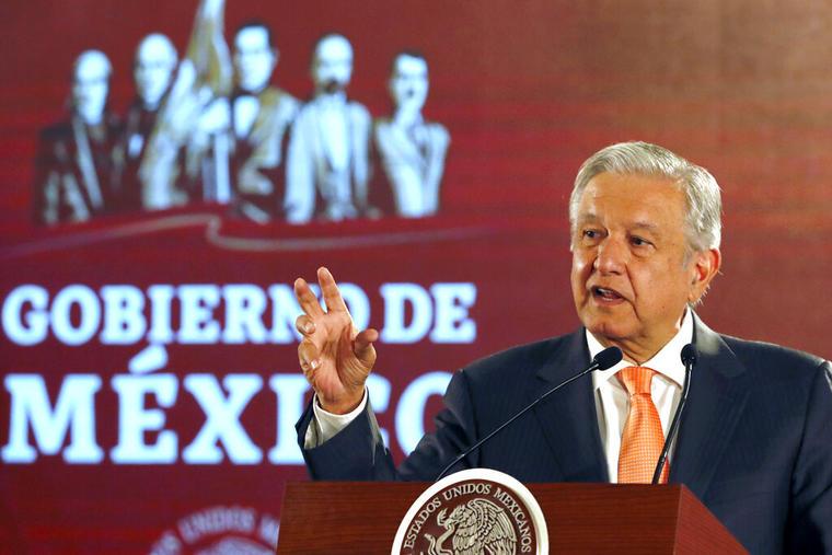 El presidente mexicano Andrés Manuel López Obrador habla durante una ceremonia oficial en Palacio Nacional, el 9 de abril de 2019, en Ciudad de México.