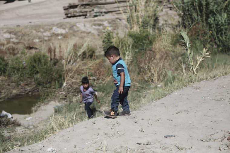 Imagen de archivo de menores migrantes cruzando la frontera entre México y Estados Unidos el 15 de junio de 2019.