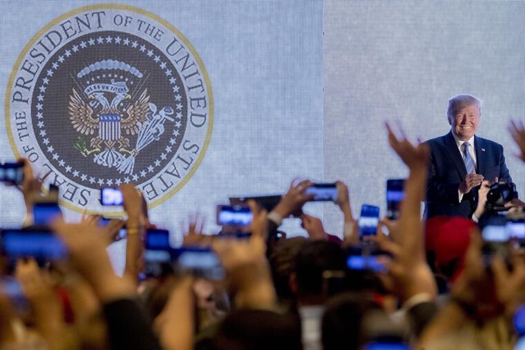 Donald TrumpTrump, durante su acto el martes con un sello presidencial falso proyectado tras él.