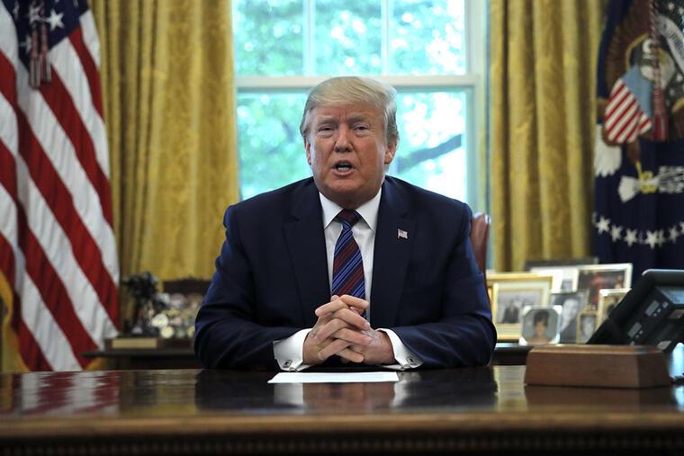 El presidente Donald Trump habla con los medios en la Oficina Oval, en Washington.