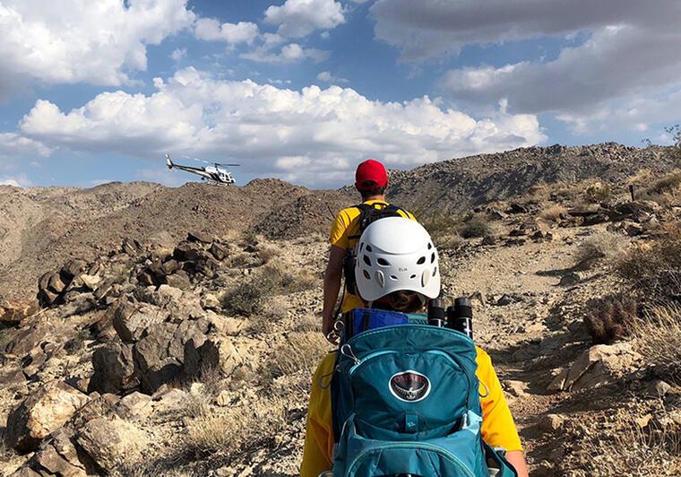 En esta foto de archivo, dos excursionistas caminan por un sendero del Joshua Tree National Park, en California.