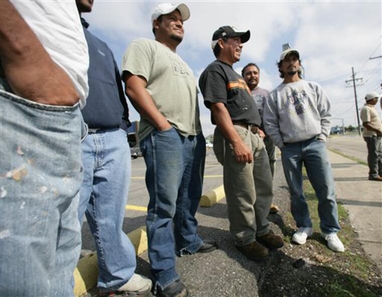 Inmigrantes latinos a la espera de ser contratados para trabajar en obras de reconstrucción tras un huracán (imagen de archivo).
