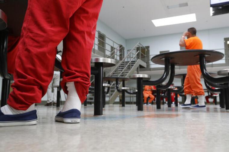 Detenidos se reúnen en un área común en una de las unidades de vivienda en el Centro de Procesamiento de ICE de Adelanto en Adelanto, California, en agosto de 2019.