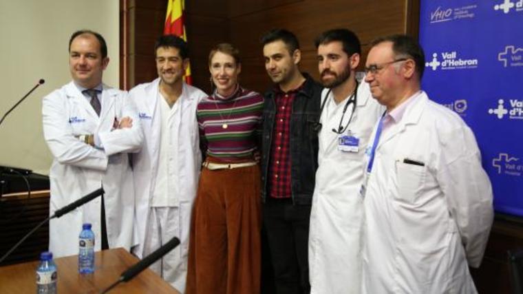 Audrey Mash (en el centro), la mujer británica que sobrevivió tras más de seis horas en parada cardíaca. En la foto, junto a los médicos que la salvaron.