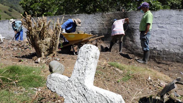 El tribunal de la Justicia Especial para la Paz en Colombia realiza una investigación en el cementerio de Las Mercedes en Dabeiba, Antioquia, donde se presume hay hasta 50 cuerpos de asesinatos cometidos por el ejército presentados como guerrilleros dados