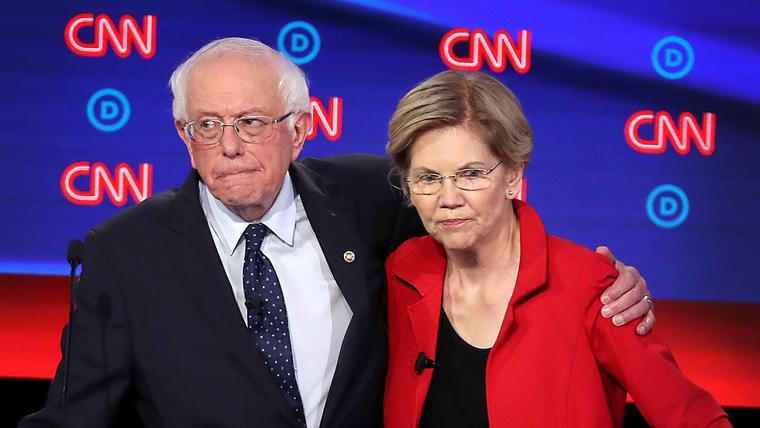 Los precandidatos presidenciales demócratas, el senador Bernie Sanders y la senadora Elizabeth Warren, se abrazan después del debate del 30 de julio de 2019 en Detroit, Michigan.